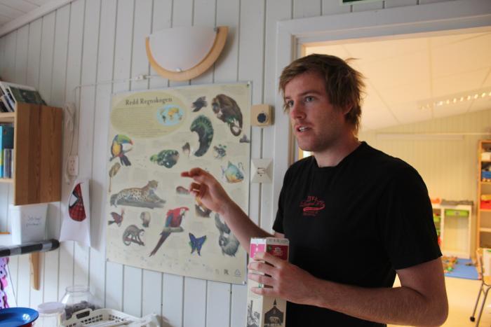 Рюно, воспитатель в детском саду, показывает сколько животных ребята